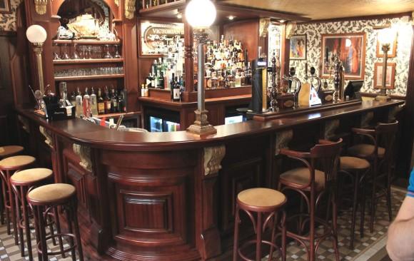 Arredamenti per pub in stile classico british irish western for Arredamento pub irlandese