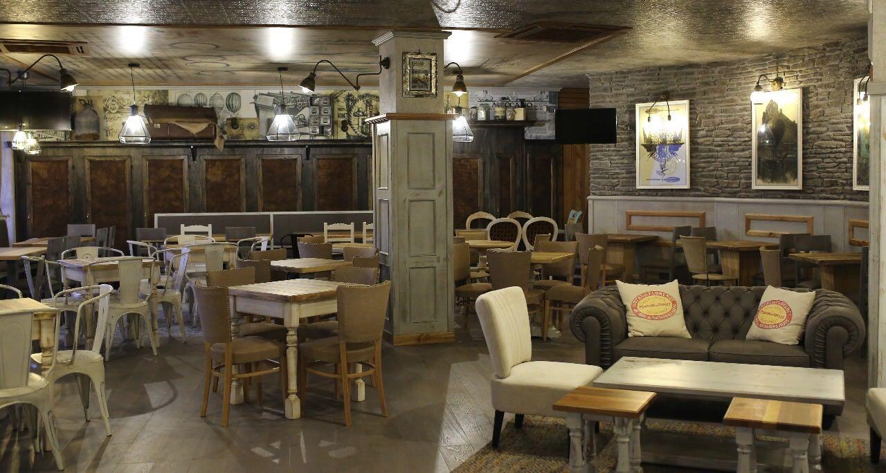 Vintage atmosphere arredamento per pub realizzazione for Arredamento pub inglese