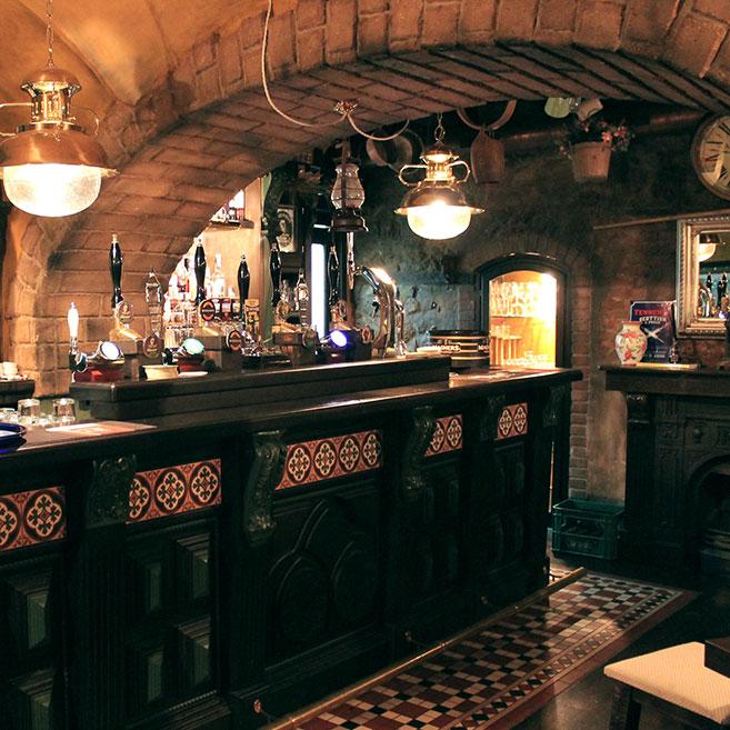 Arredamento per pub realizzazione locali in stile camproject for Pub arredamento