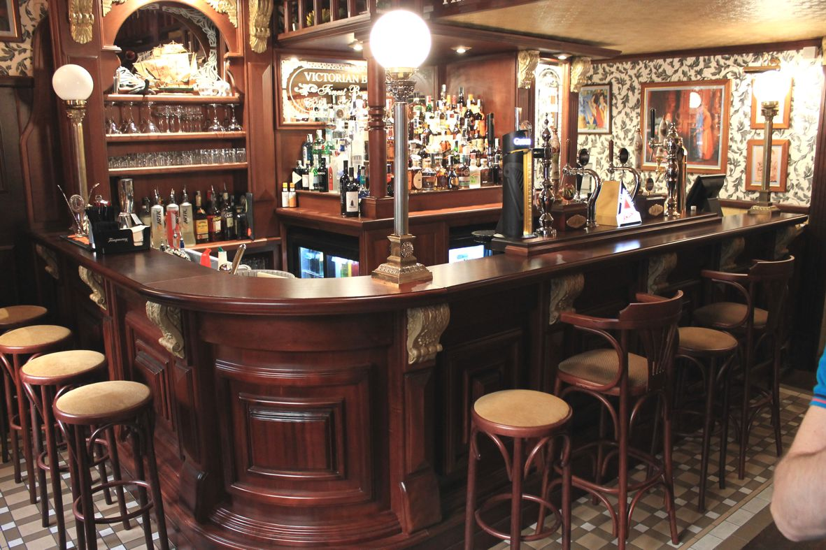 Vittoriano arredamento per pub realizzazione di locali for Arredamento per pub